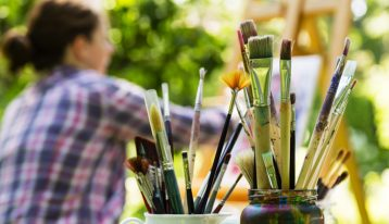 woman painting outdoors - art therapy - holistic rehab